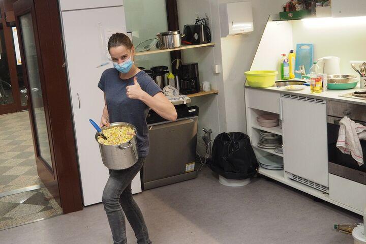 Andrea kochte freiwillig viele Portionen Abendessen im Obdach Favorita Nachtquartier für Frauen. (Bild: Privat)