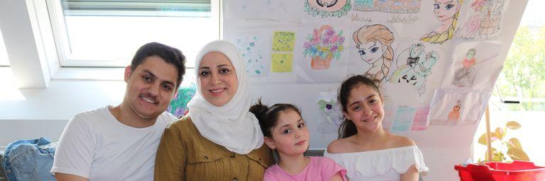 Frau J. inmitten ihrer Kinder im Gemeinschaftsraum im Obdach Handelskai. (Bild: FSW)