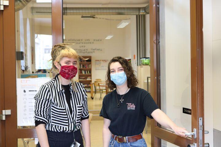 Lea und Alma am Eingang des Tageszentrums Obdach Ester. (Bild: FSW)