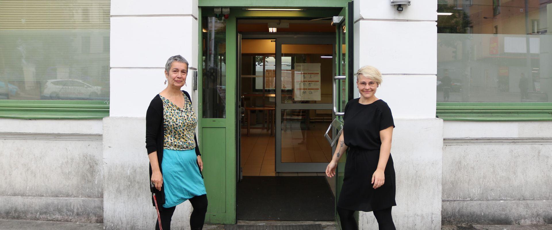 Nora Kobermann übergibt die Teamleitung der SozialarbeiterInnen an Angelika Reznik.