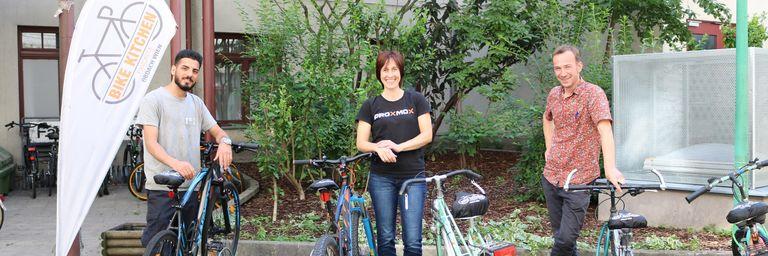 Trainee Omid, Daniela Häsler von Proxmox und Bike Kitchen Favorita Leiter Stefan Höfer verbindet die Liebe zum Radfahren. (Bild: FSW)
