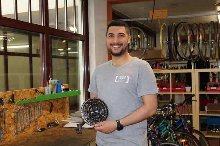 Anmar zeigt eine neue Kreation in der Werkstatt der Bike Kitchen Favorita. (Bild: FSW)