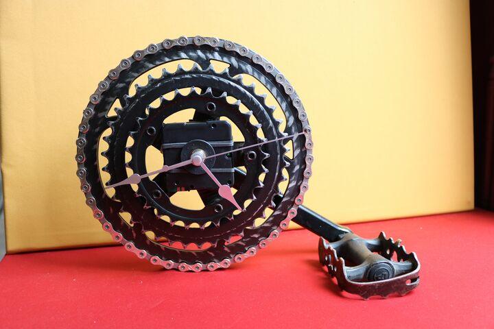 Aus nicht mehr brauchbaren Radkränzen und Pedalen entstehen Upcycling-Uhren. (Bild: FSW)