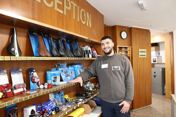 Meistens ist Anmar im Shop der sozialen Radwerkstatt zu finden. (Bild: FSW)