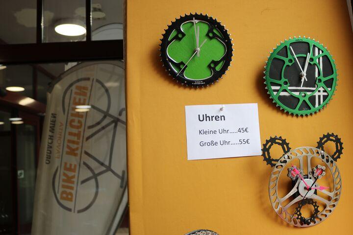 Einige Upcyclingmodelle von Anmar hängen schon zum Verkauf im Shop. (Bild: FSW)