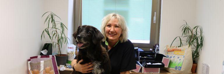 Hündin Lucy nach ihrem Haarschnitt mit Hundepflegerin Margit. (Bild: FSW)