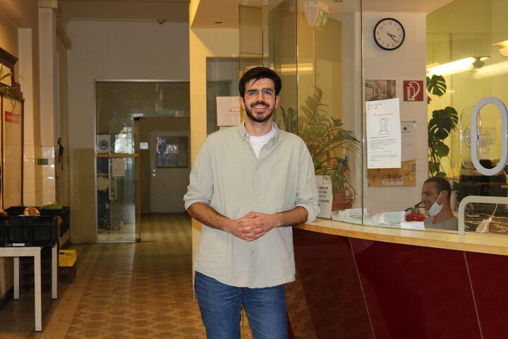 Güney vor seinem Lieblingsarbeitsplatz, der Hauszentrale. (Bild: FSW)