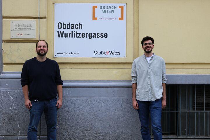 Teamleiter Markus Bousska und Güney Kocamis zusammen vor dem Obdach Wurlitzergasse. (Bild: FSW)