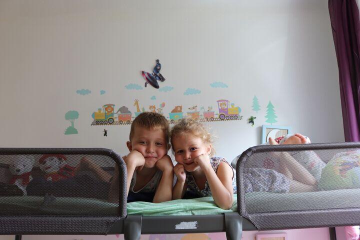 Arlind und Alba freuten sich über die neuen Betten samt Dekoration. (Bild: FSW)