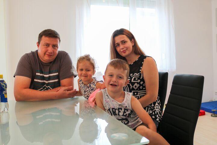 Herr M., Alba, Frau M. und Arlind sind froh, nun in einer eigenen Wohnung zu wohnen. (Bild: FSW)