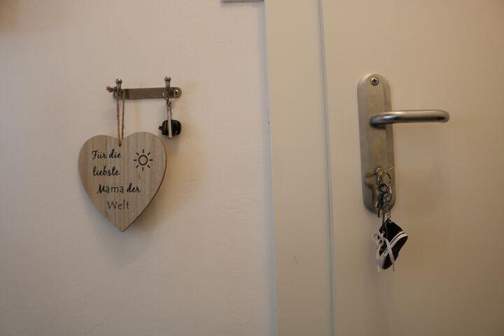 Das Schild neben der Wohnungstür haben die beiden Kinder Frau M. geschenkt. (Bild: FSW)
