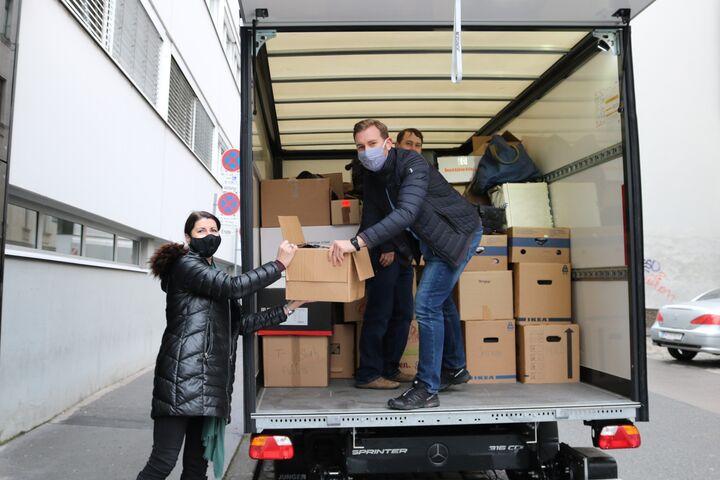Einen Lastwagen voller Sachspenden wurde geliefert und Geschäftsführerin Doris Czamay packte mit an. (Bild: FSW)