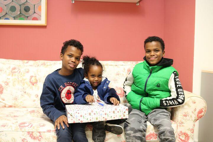 Drei der kleinsten BewohnerInnen im Obdach Felberstraße freuen sich über ihre Wichtelgeschenke. (Bild: FSW)