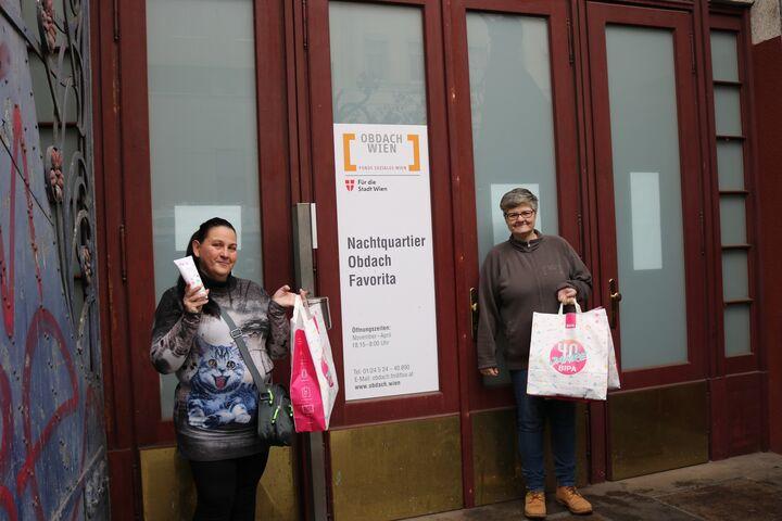 Anna S. und Betreuerin Renate präsentieren stolz die BIPA-Pakete vorm Notquartier Obdach Favorita. (Bild: FSW)