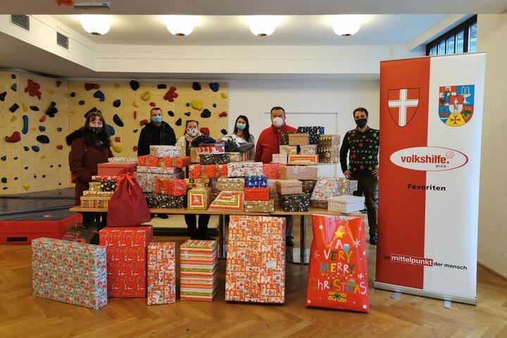 Sektion 55 beim Ankerbrot und Volkshilfe Favoriten haben für Kinder im Obdach Favorita Weihnachtspakete zusammengestellt. (Bild: Volkshilfe Favoriten)