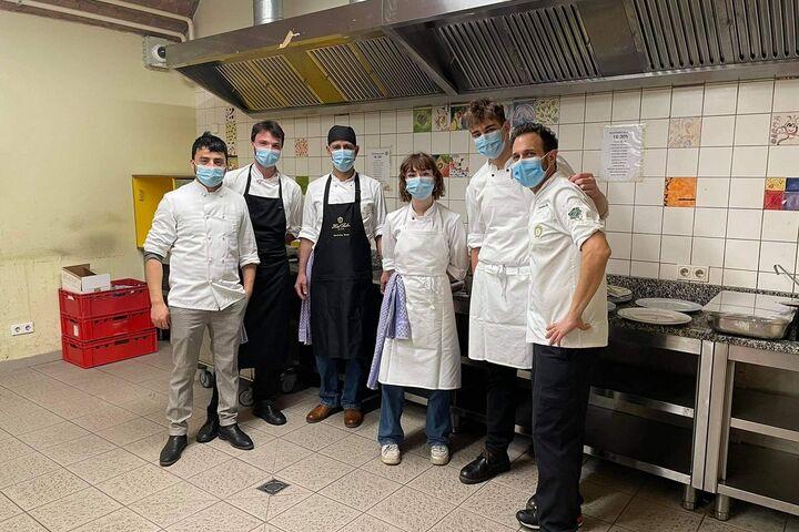 Das Sacher-Team in der Küche des Tageszentrum Obdach Josi. (Bild: Dominik Stolzer)
