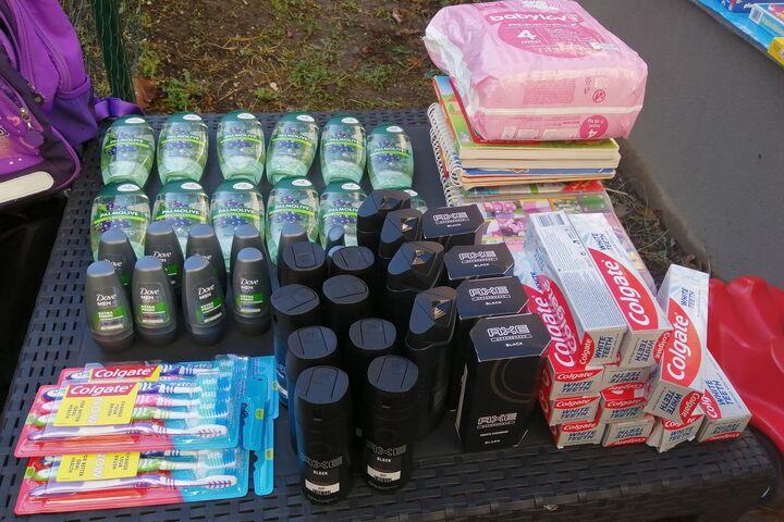 Zahnbürsten, Deo, Duschgel und mehr stehen zur freien Entnahme bereit. (Bild: FSW)