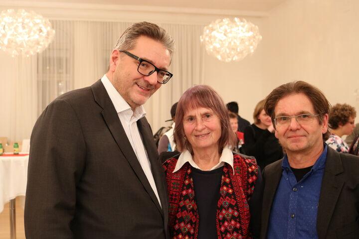 Stadtrat Peter Hacker zusammen mit Freiwilligen der ersten Stunde, Magdalena Fischer und Dr. Fritz Neuhauser. (Bild: FSW)