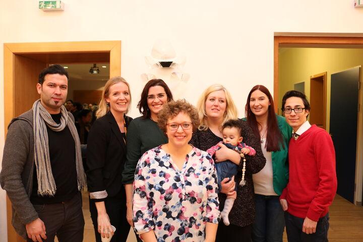 Freiwillige, MitarbeiterInnern und BewohnerInnen feiern zusammen. (Bild: FSW)