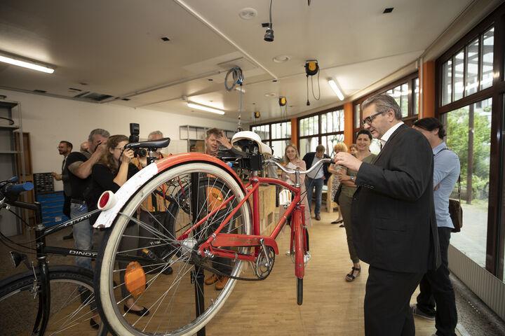 Die BesucherInnen und Stadtrat Peter Hacker sehen sich die Bike Kitchen Favorita an. (Bild: PID/Gökmen)