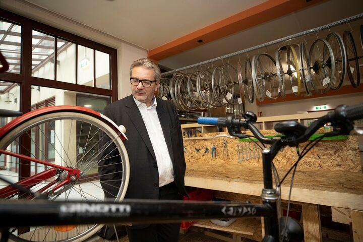 Stadtrat Peter Hacker besucht die Bike Kitchen Favorita. (Bild: FSW)
