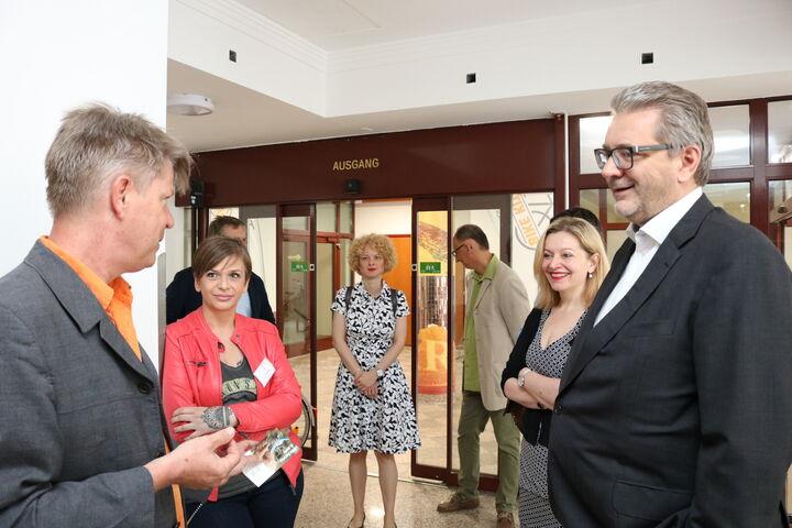 Bereichsleiter René Zehner führt die Gäste durch das Haus. (Bild: FSW)