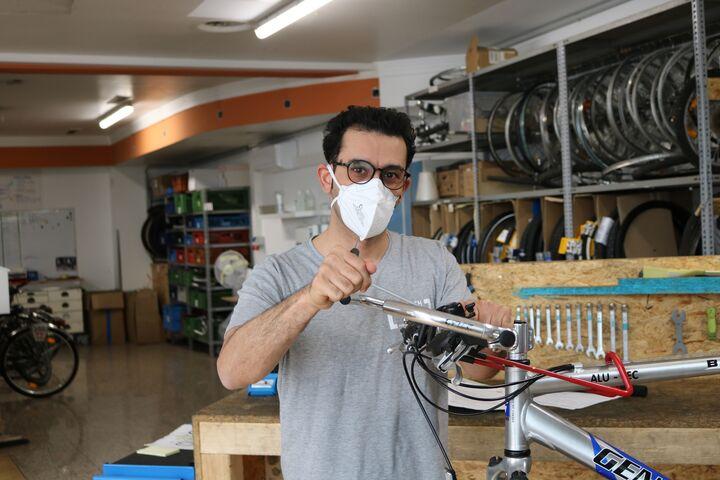 Radmechaniker Mahdi repariert gekonnt einen Drahtesel. (Bild: FSW)