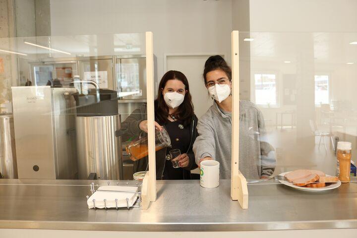 Marie und Nora hinter der Theke. (Bild: FSW)