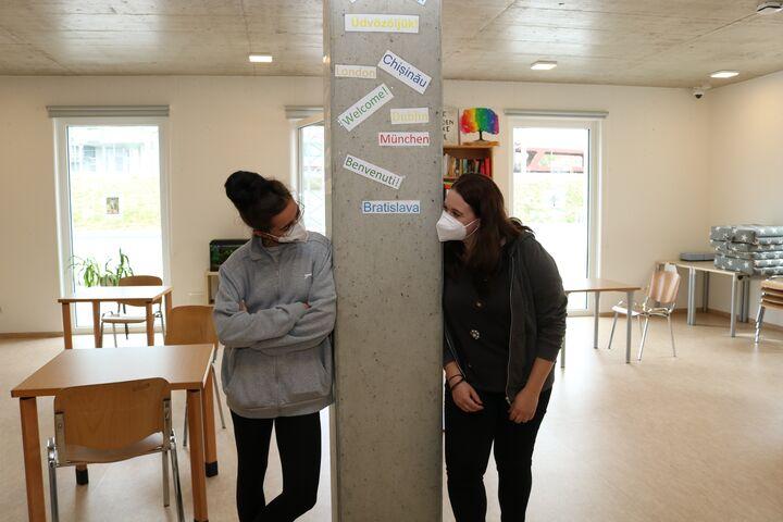 Im Aufenthaltsraum konnten die beiden gut ins Gespräch mit den obdachlosen Frauen im Tageszentrum kommen. (Bild: FSW)