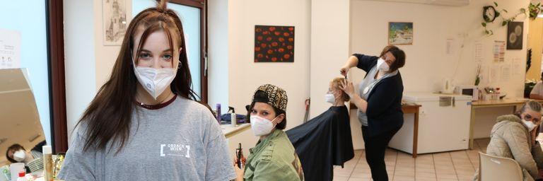 Betreuerin Lisa und die freiwilligen Friseurinnen Jasmin und Patricia im Notquartier Obdach Favorita. (Bild: FSW)
