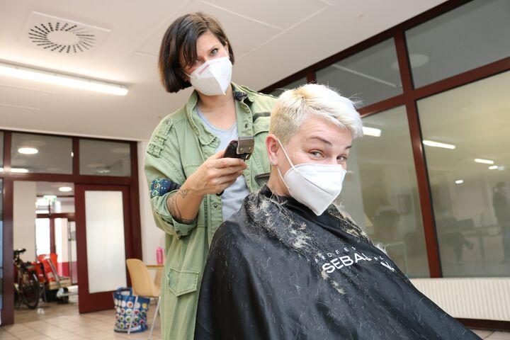 Friseurin Jasmin schwingt den Rasierer. (Bild: FSW)