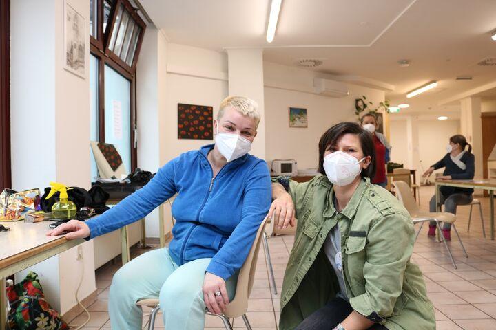 Frau Silvia zusammen mit Friseurin Jasmin mit dem flotten Pixie. (Bild: FSW)