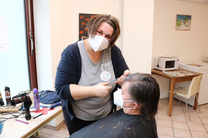 Patricia im Einsatz im Notquartier Obdach Favorita. (Bild: FSW)