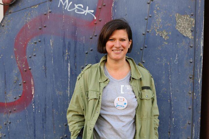 Friseurin Jasmin freut sich darüber, wieder freiwillig aktiv sein zu können. (Bild: FSW)