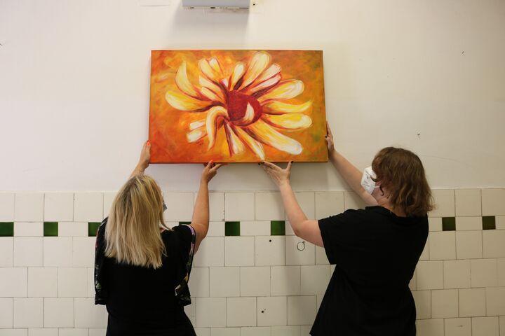 Das erste Gemälde wir am Gang aufgehängt. (Bild: FSW)