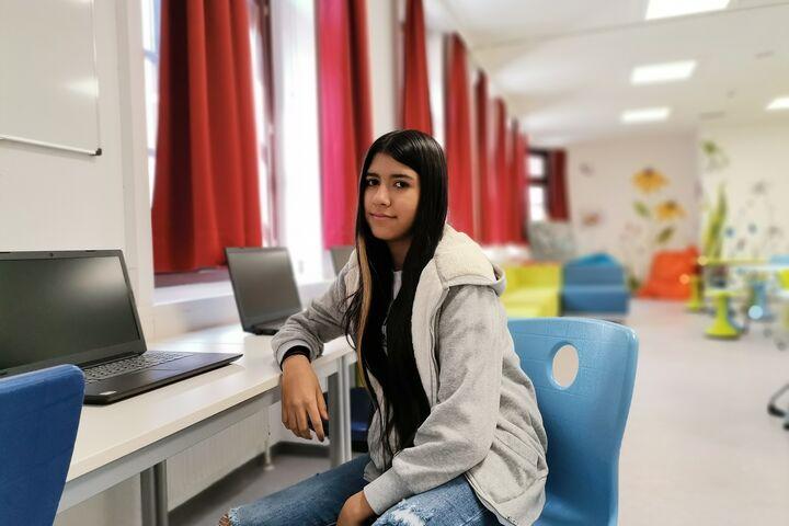 Adrijana an ihrem Lieblingsplatz bei den Computern. (Bild: FSW)