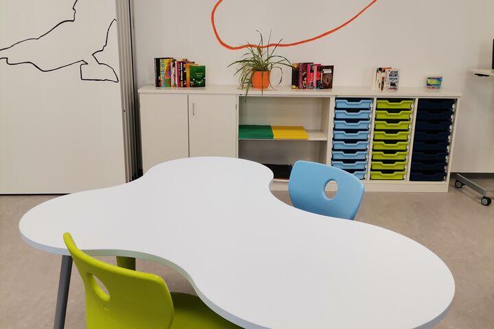 Moderne Tische und ergonomische Sitzgelegenheiten laden zum Lernen, Basteln und Spielen ein. (Bild: FSW)