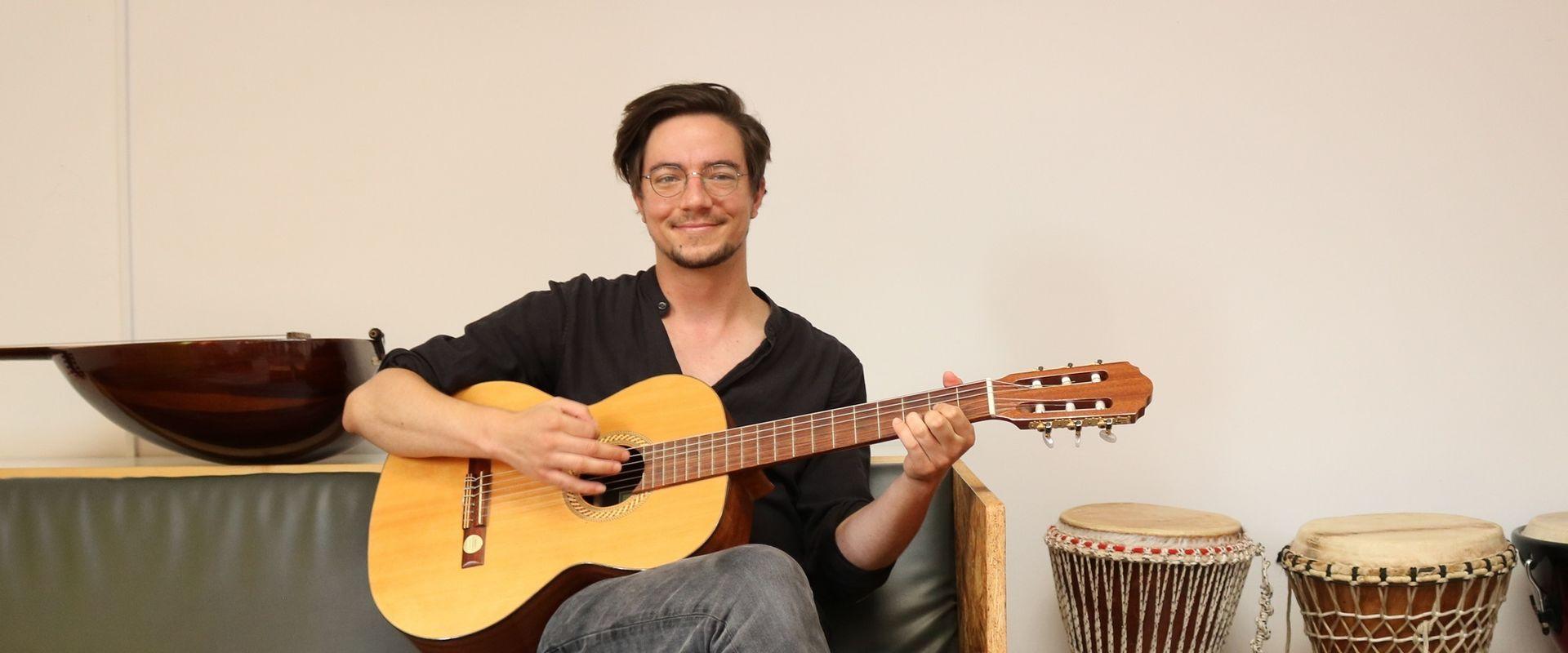 Musiktherapeut Tobias Aumann spielt für und mit BewohnerInnen im Chancenhaus Wurlitzergasse.