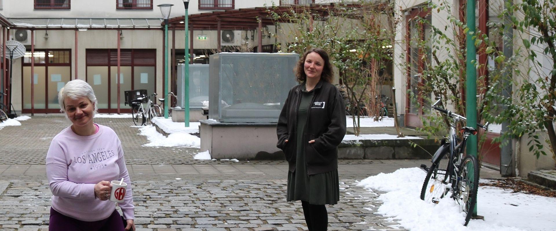 Frau Silvia S. und Betreuerin Anna im Hof des Obdach Favorita.