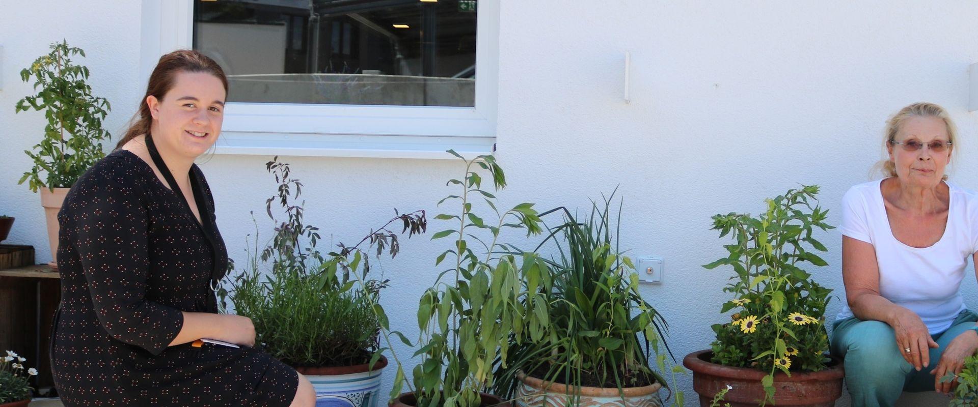Betreuerin Marie und Spenderin Brigitte arrangierten die Pflanzen zusammen auf der Terrasse.