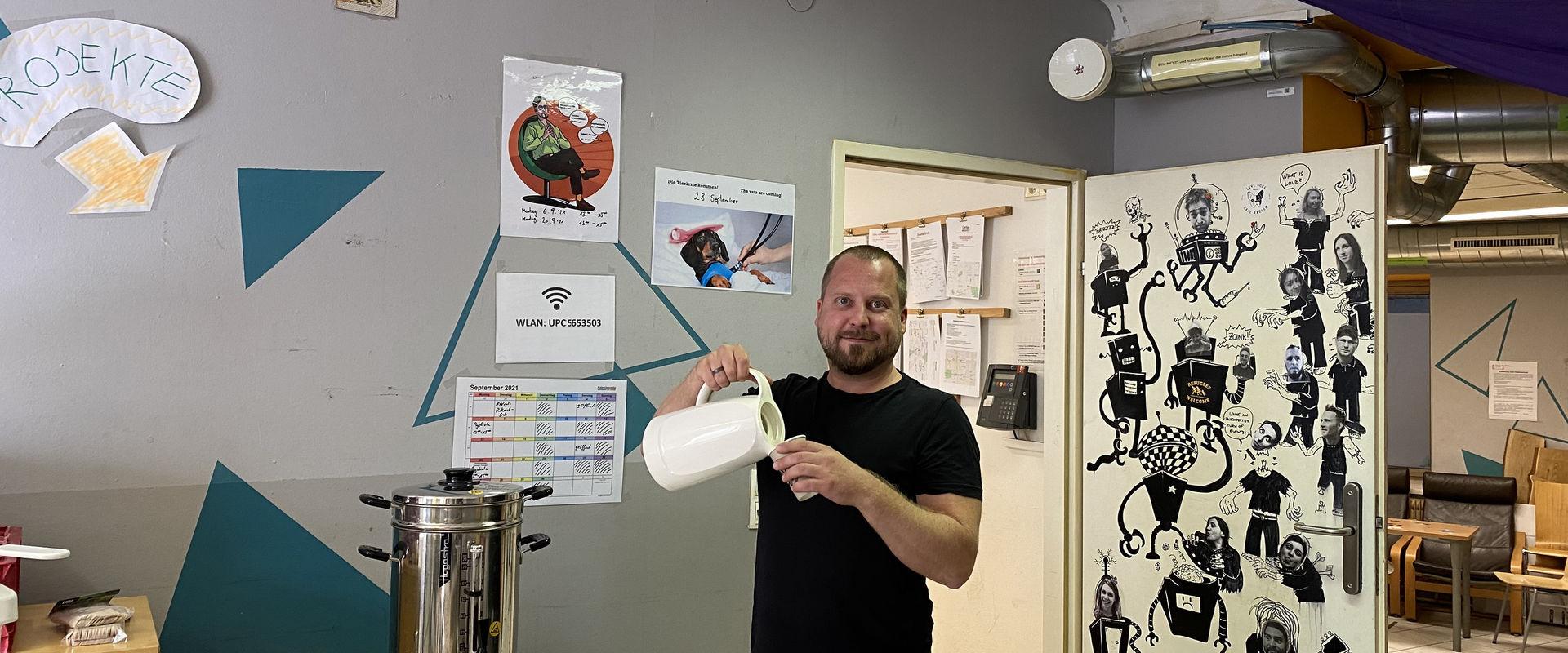 Teamleiter Florian Rossmann schenkt den ersten Kaffee des Tages ein.