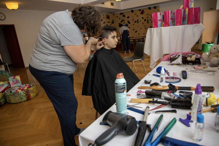 Präzise führt Friseurin Patricia ihr Handwerkszeug. (Bild: FSW)