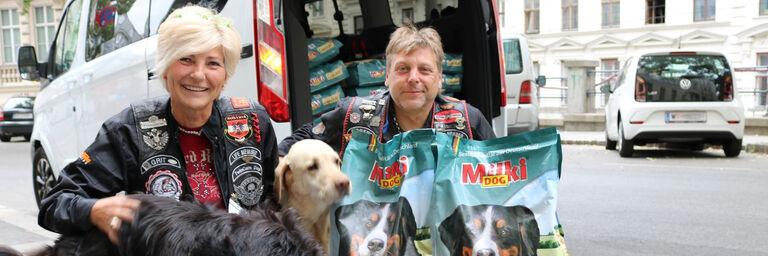 Grit und Robert Eder von den TwinCam Dogs mit Labrador Tequila (Bild: FSW)