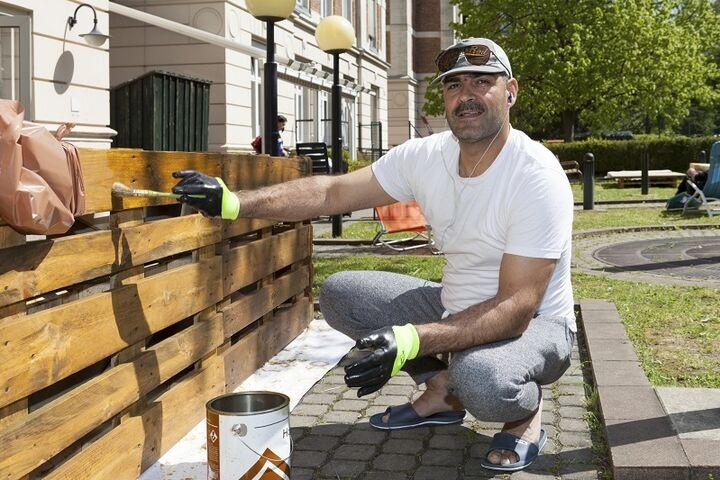 Mit selbstgebautem Gartenmobiliar verschönerten die BewohnerInnen das Obdach Hietzing. (Bild: FSW)