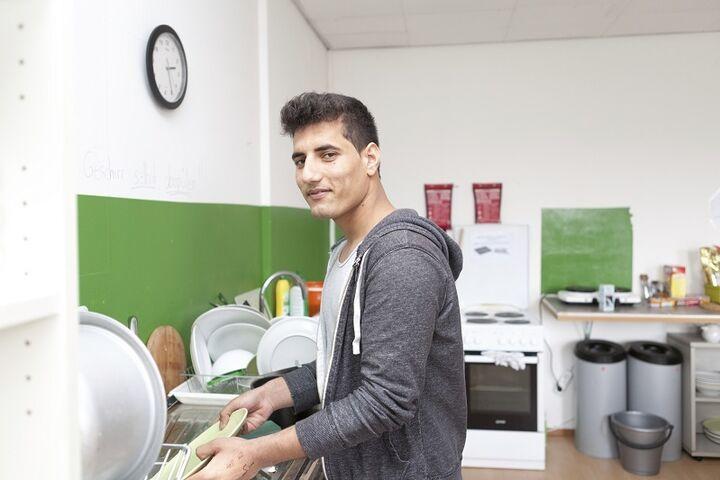 Der Abwasch gehört zu den täglichen Routinen der unbegleiteten minderjährigen Flüchtlinge im Obdach Höchstädtplatz... (Bild: FSW)