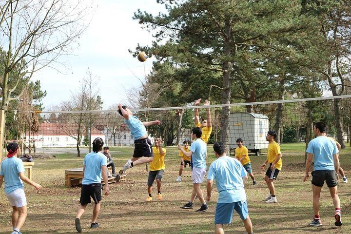 Sportliche Betätigung spielt im Obdach Hietzing eine große Rolle - unter anderem im Rahmen von Turnieren, hier ein Volleyballturnier. (Bild: FSW)
