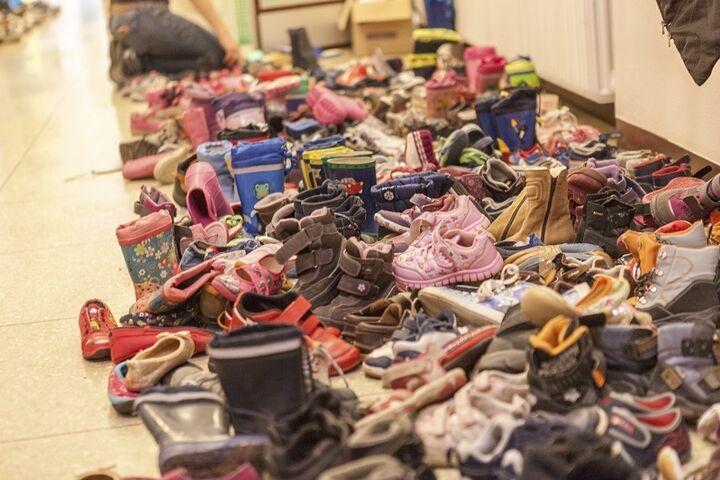 Dank der riesigen Spendenbereitschaft der AnwohnerInnen konnten die Neuankömmlinge in kürzester Zeit von Kopf bis Fuß eingekleidet werden. (Bild: FSW)