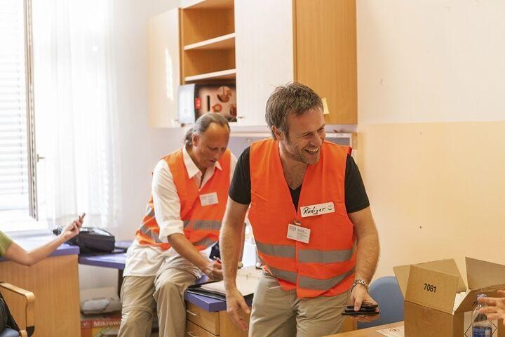Spontan dabei beim Aufbau des Obdach Hietzing: die langjährigen Obdach Wien-Mitarbeiter Heimo Rampetsreiter und Rüdiger Johänntgen (v. l.) (Bild: FSW)