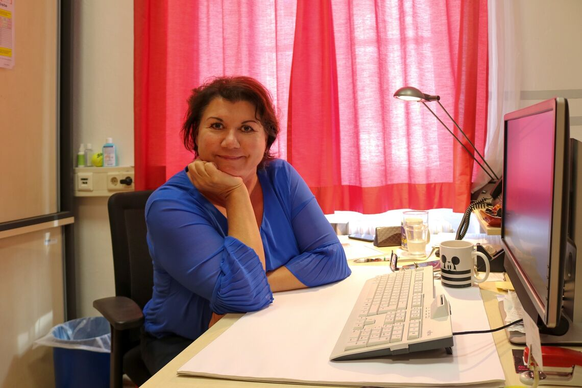 Karin Graf, Teamleiterin des Obdach Leo an ihrem Schreibtisch. (Bild: FSW)