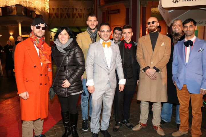 Gruppenbild mit Dame: Modelnde Mitarbeiter und Besucher der Wärmestube Obdach Apollogasse mit deren Leiterin Brigitte Grone (Bild: FSW)
